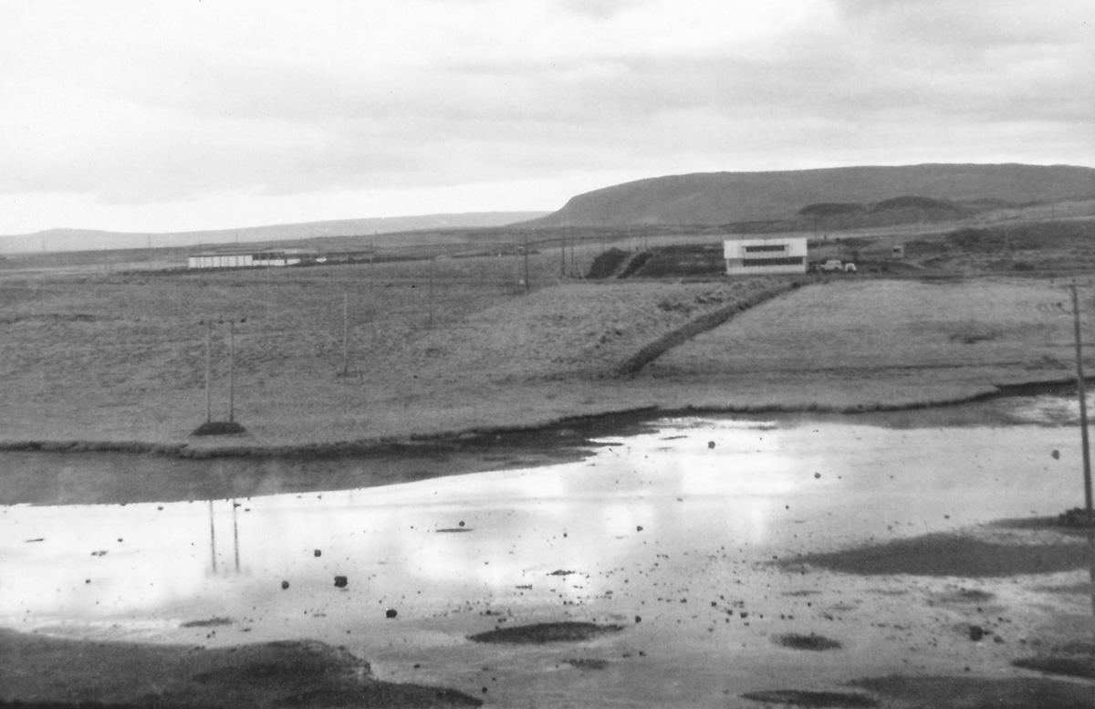 Horft til vesturs. Vinstra megin er sláturhúsið sem tók til starfa haustið 1964 og hægramegin Sigmarshús  frá 1960.