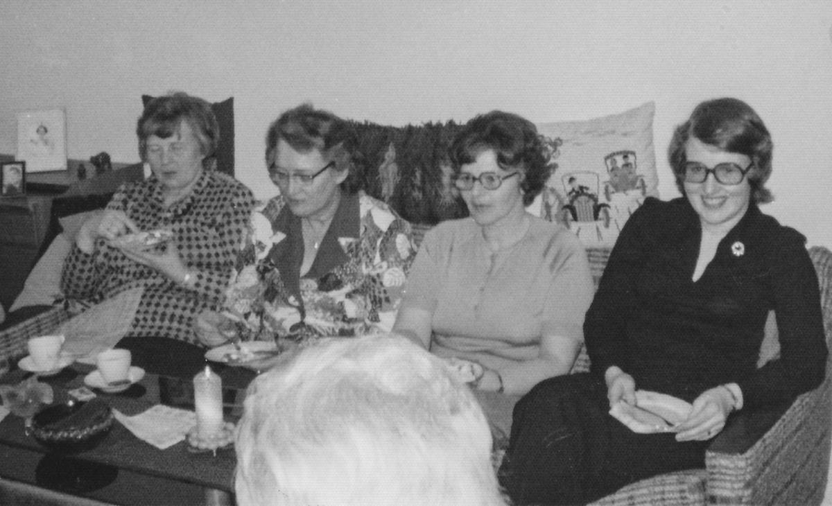 Líklegur saumaklúbbur, f.v. Ingibjörg Guðmundsdóttir Spóastöðum, Guðný Pálsdóttir Hveratúni, Jónína Jónsdóttir Lindarbrekku og Elinborg Sigurðardóttir Iðu.