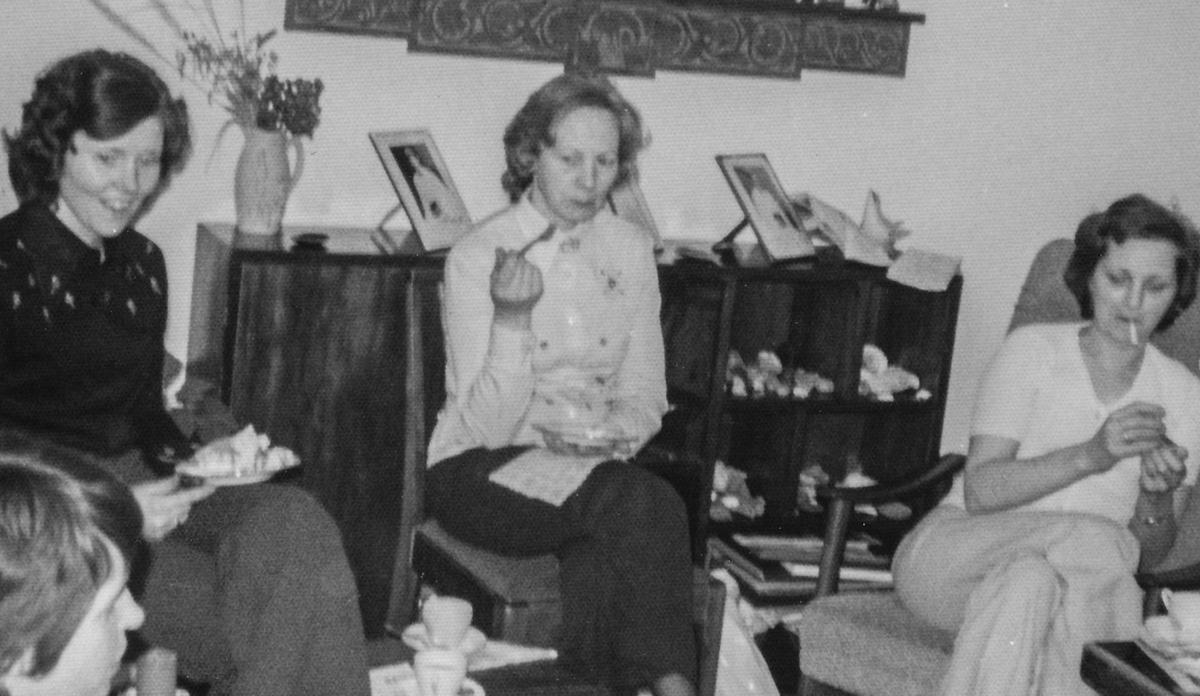 Líklegur saumakrlúbbur: Fremst vistra megin Jósefína Friðriksdóttir Launrétt, Ásta Skúladóttir Sólveigarstöðum, Margrét Guðmundsdóttir Iðu og María Eiríksdóttir Skálholti.