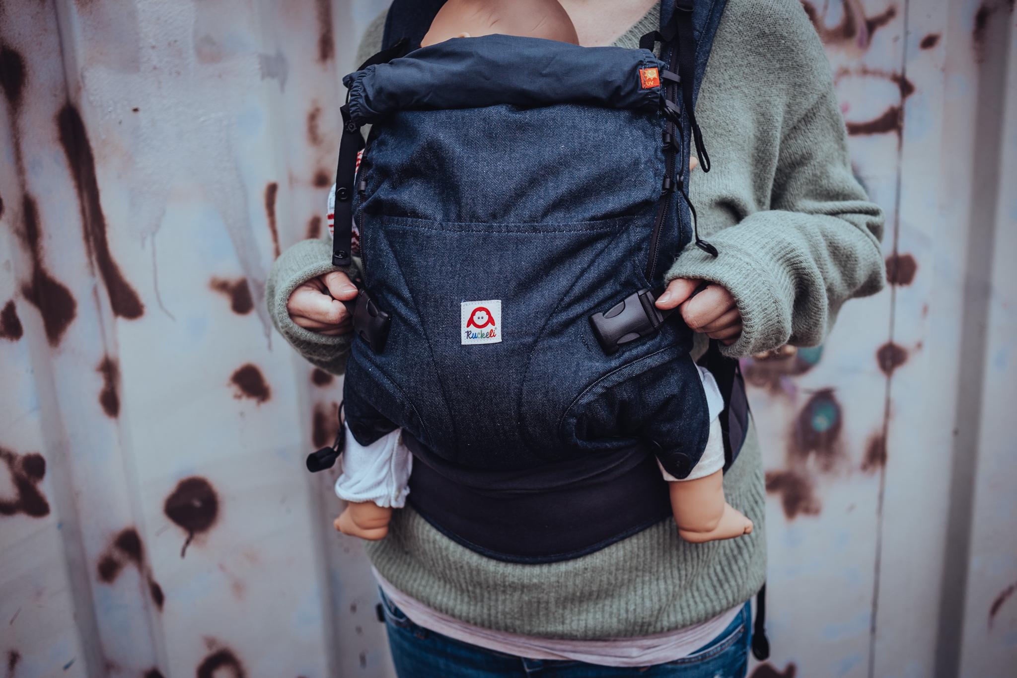 Ruckeli Babytrage - Full Buckle Tragehilfe, die sich einfach zum Hüftsitz einrollen und verstauen lässt. Stufenlos verstellbare Rückenverlängerung, breit und flach geschnittene Träger.