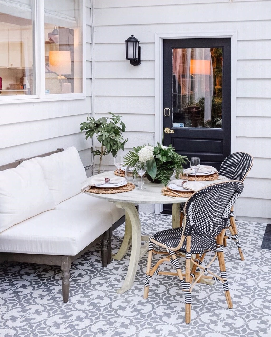 How stunning is this little patio area?  www.zevyjoy .com