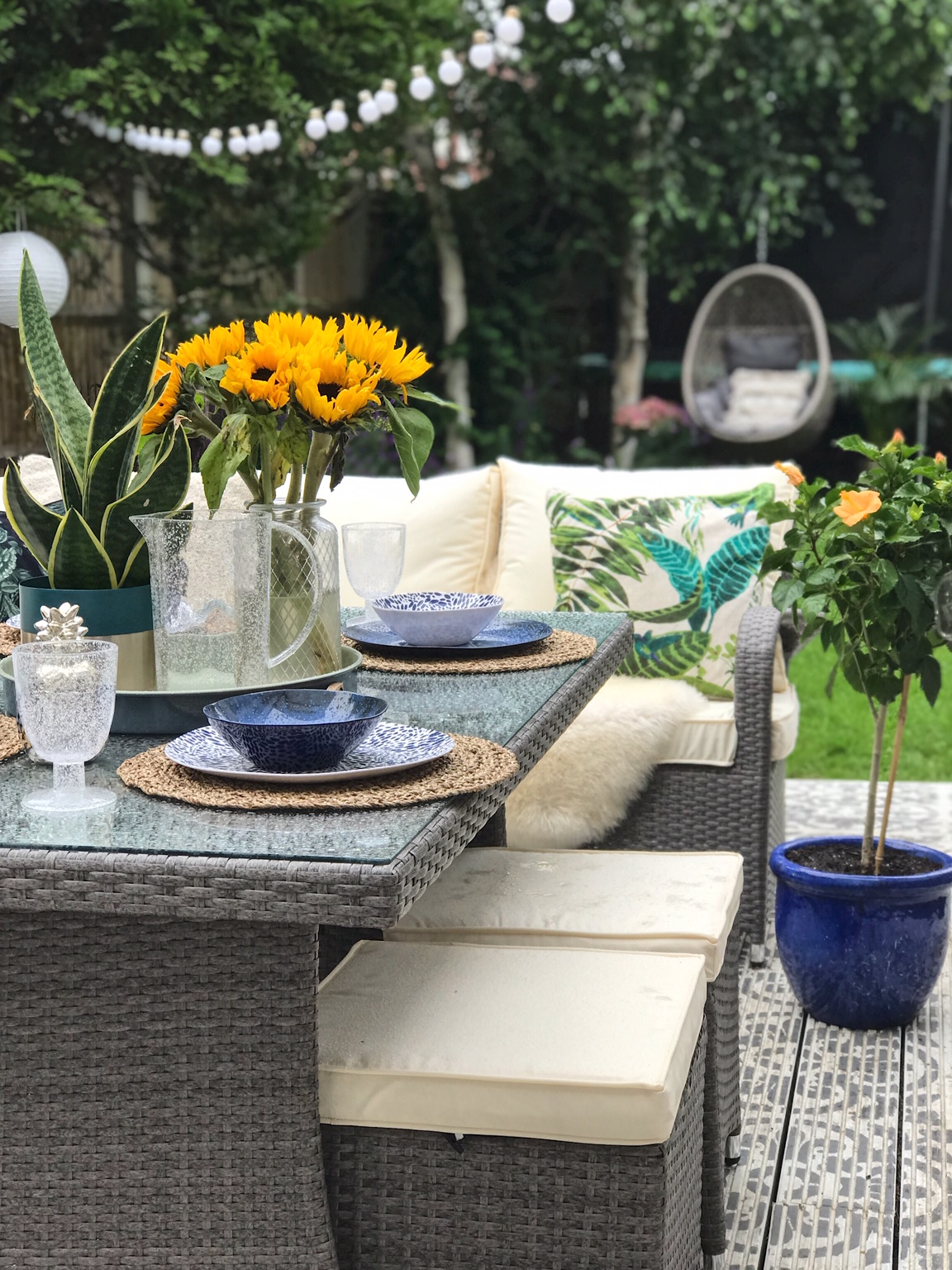 Even when it started to drizzle, the cushions were easy to wipe off and were dry very quickly