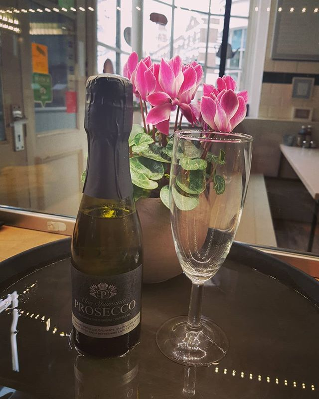 Celebrate mothers day at HEAPS in Deptford. Free glass of prosecco to all the mother's. . . . #deptfordmarket #deptfordfood #Deptford #prosecco #mothersday #greenwichpark #greenwichmarket #lewishamlocal #lewisham #student #sunday #breakfast #Sausages #handmadesausages #london🇬🇧