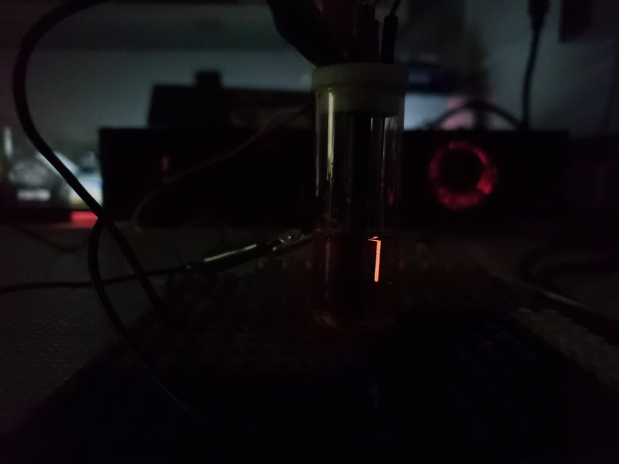 An example of electroluminescence using Ru(Bipy)3 and a simple electrode: pencil lead.