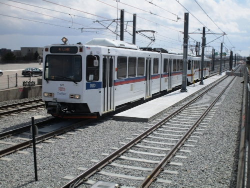 Light rail train on the new alignment south of Lincoln Station.jpg