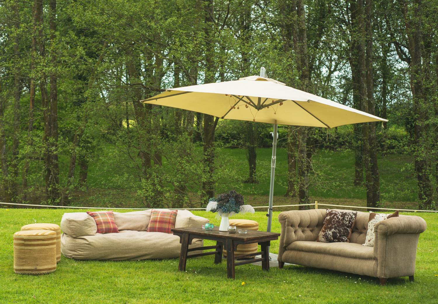 couches-outside-loyton-lodge-wedding.jpg
