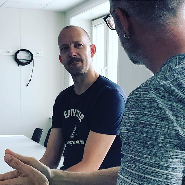 I dag holder vi eksamen i design sprints, med @jesperoutzen som censor - fed fyr, fed dag, vi føler os rimelig heldige 🙏🕺💧☘️ #dansellerdø #ibakolding #designsprint #regndans #design #designthinking