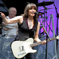 Hynde and Chambers performing at Glastonbury, 1994