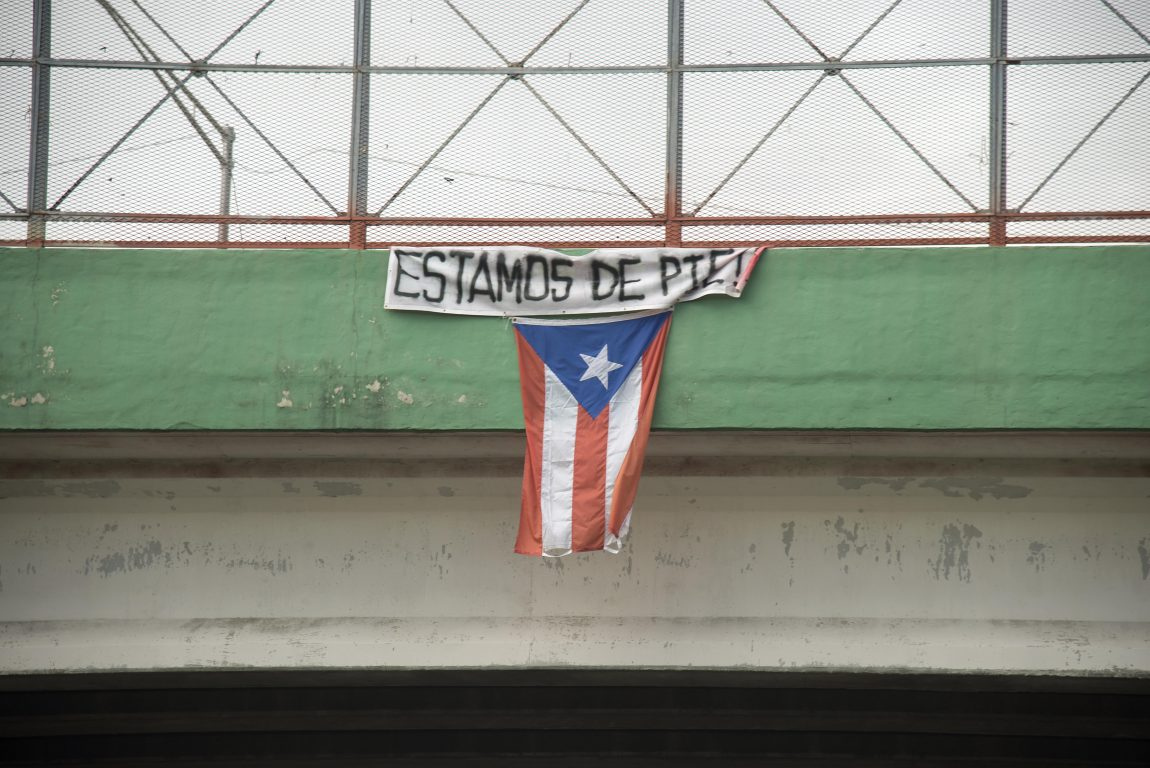 "[Text: ""Estamos de pie!""  English translation: ""We are standing"" ]"