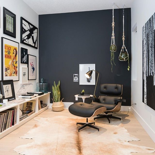 Would you paint a black accent wall in your home? This space is balanced with contrast and texture, making it possible. • • • •  #interiordesign #elledecor #homedecor #realestate #homesweethome #interiordesigncritique #lifeofaninteriordesigner #luxuryinteriordesign #traditionalhome #lovelysquares #postitfortheaesthetic #remodel #interiorandhome #designblog #architecture #homestaging #realestate #drapery #upholstery #workroom #fortheloveofhome #designbuild #homelove #investmentproperty #stagedtosell #stagingsells #homestaging