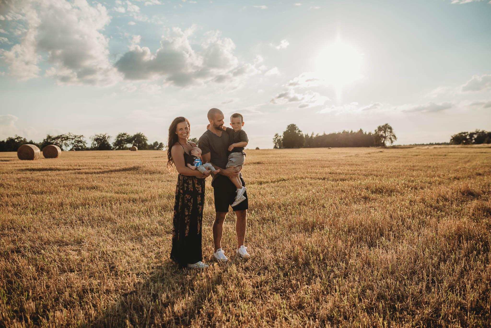 Rodinný fotograf PRaha  Letní focení při západu slunce