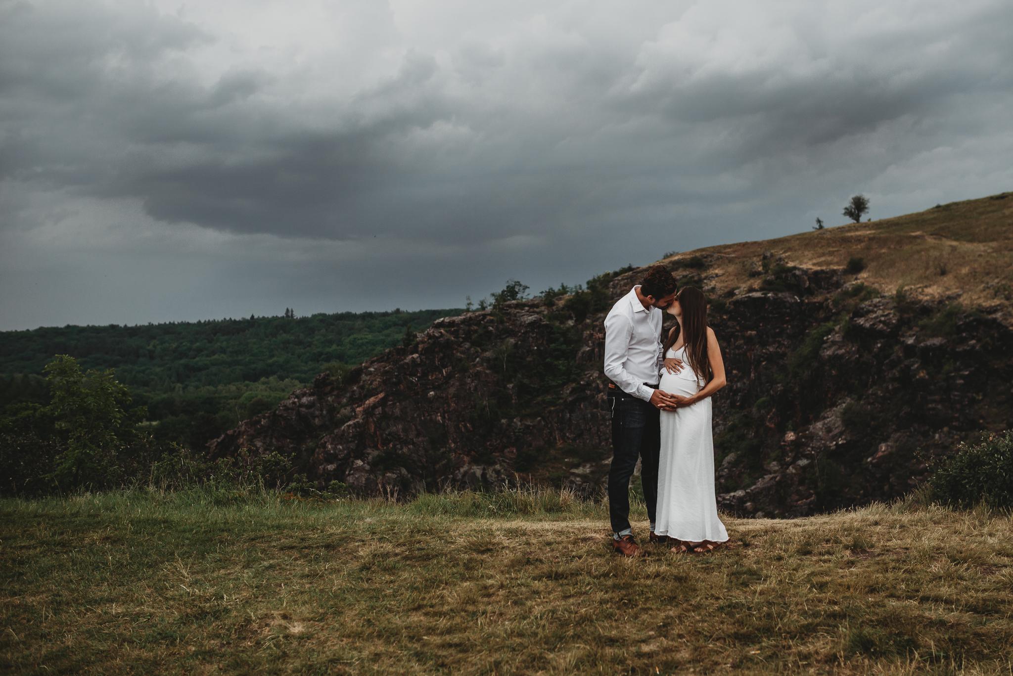Rodinný fotograf PRaha/divoká Šárka  Těhotenské focení po bouřce
