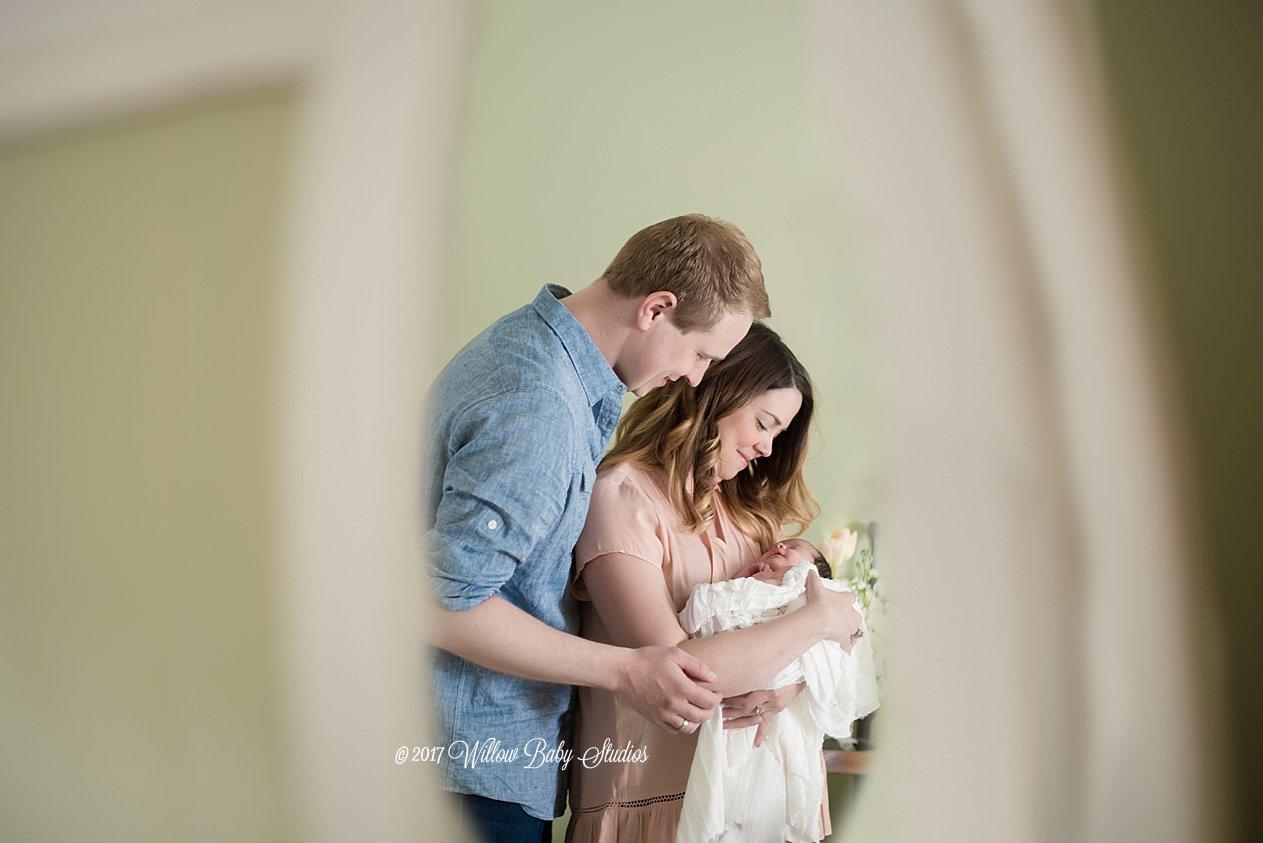 parents-newborn-in-mirror