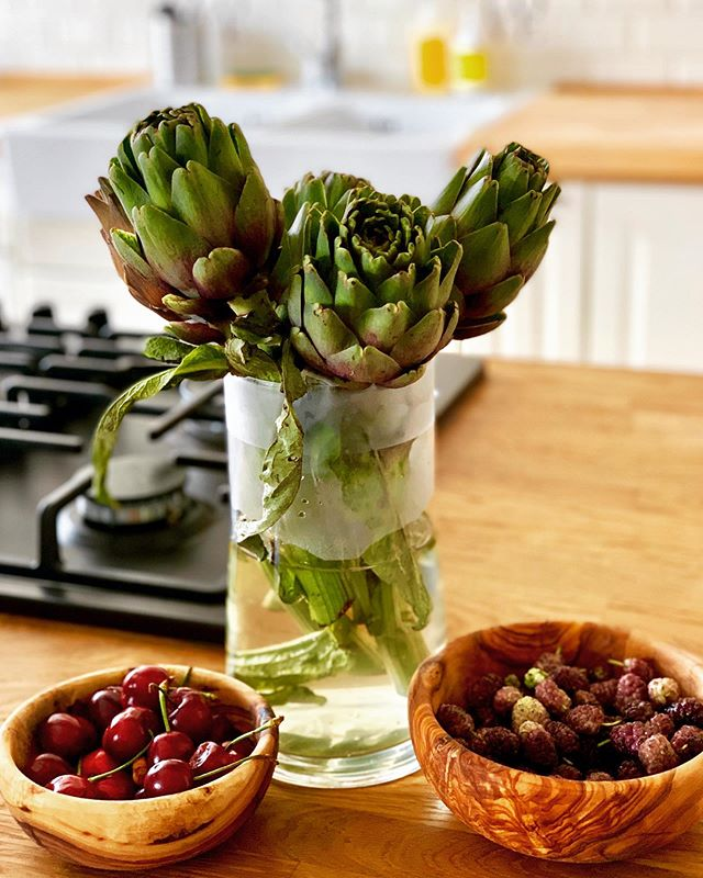 It is spring #harvest here in Puglia, with Artichokes, cherries, peas, fava beans and more. They are almost too beautiful to eat! Almost 😉Thanks @sophia_gottlieb for the kitchen inspiration ;)
