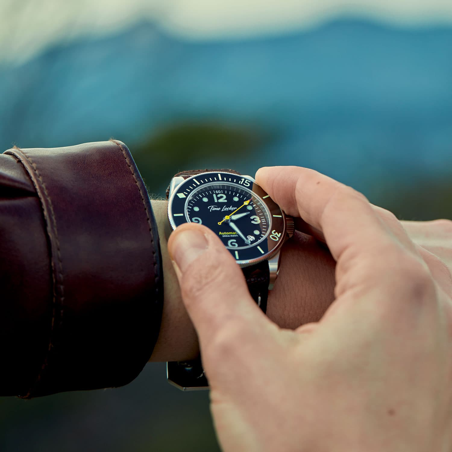 Dive watch with ceramic bezel
