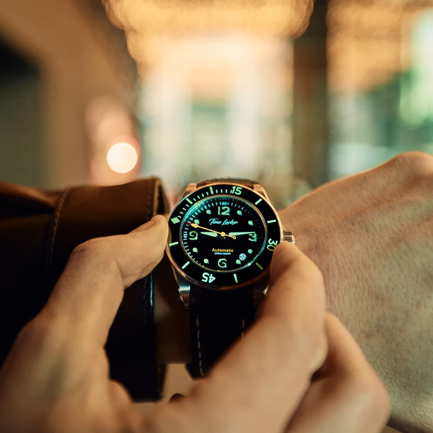 Diving watch with ceramic bezel