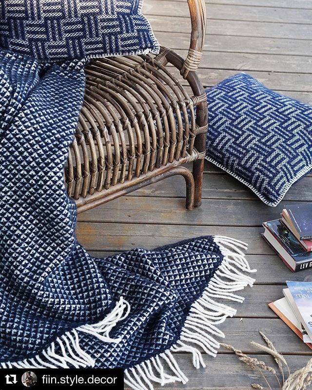 Blanket Luxor in denim, nicely styled by @fiin.style.decor 📷 cozy for those chilly spring evenings #klippanyllefabrik #luxorblanket #klippanwoolblankets #wolldecke #woolblanket #fiinstyledecor