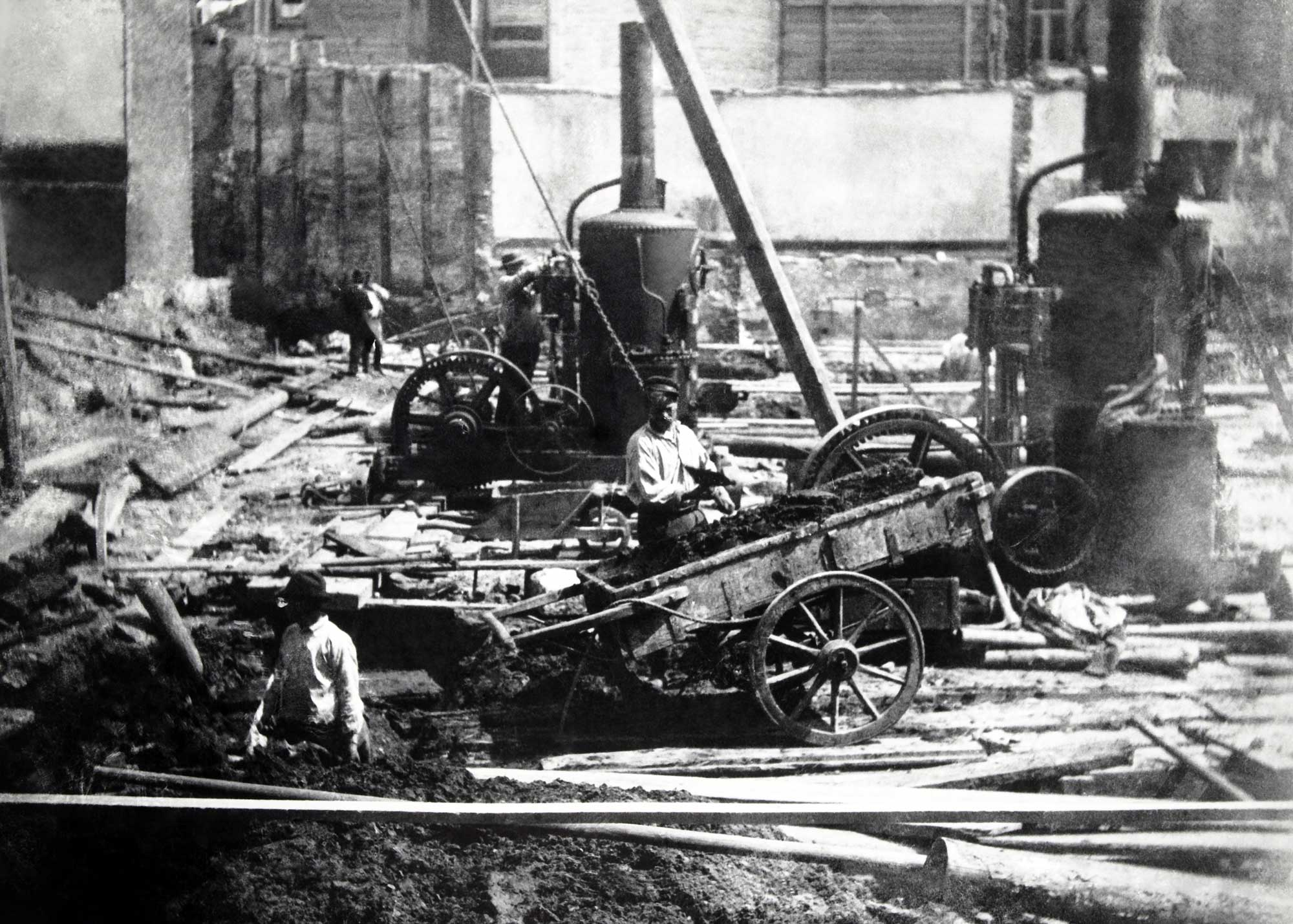 Workers at the construction site of the Municipal Bath and Swimming Facility at the Heiligeweg.