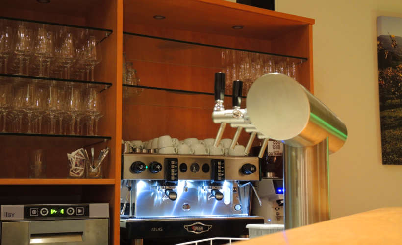 restaurant-landau-fuenf-baeuerlein-bar-kaffeemaschine.jpg