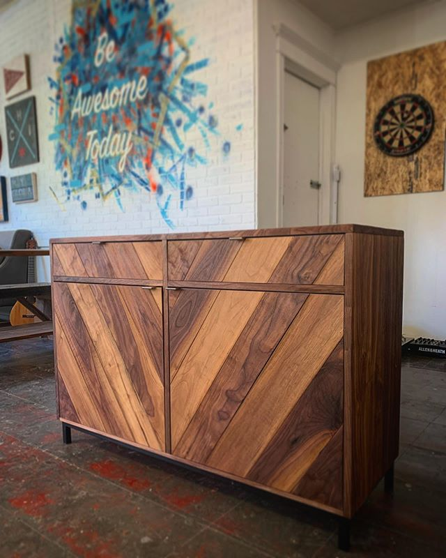 This walnut entry cabinet is giving me all the feels this Monday 🙌