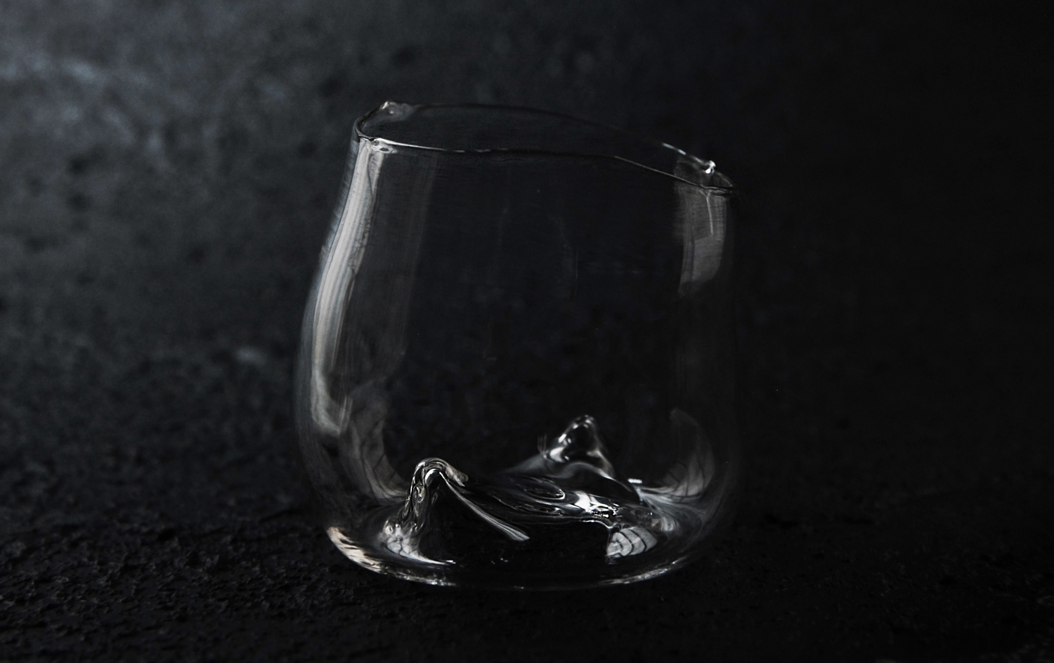 gently guided glass flows into forms that harmonize with the movement of the contained liquid