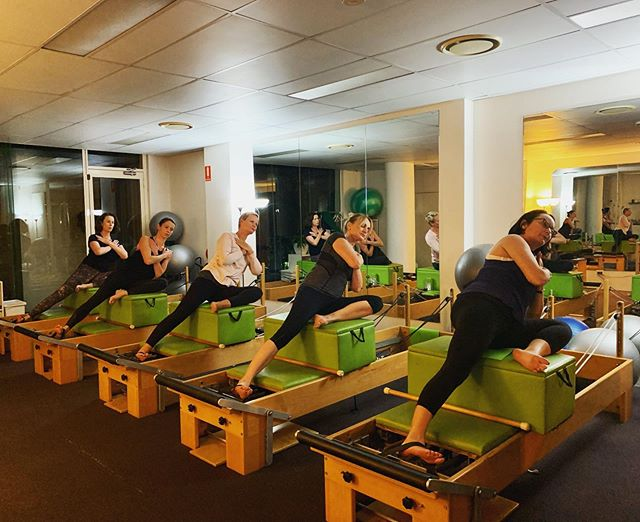 Side lift series ✖️ the girls working hard  and smashing it out on their obliques ! #pilates #reformerpilates