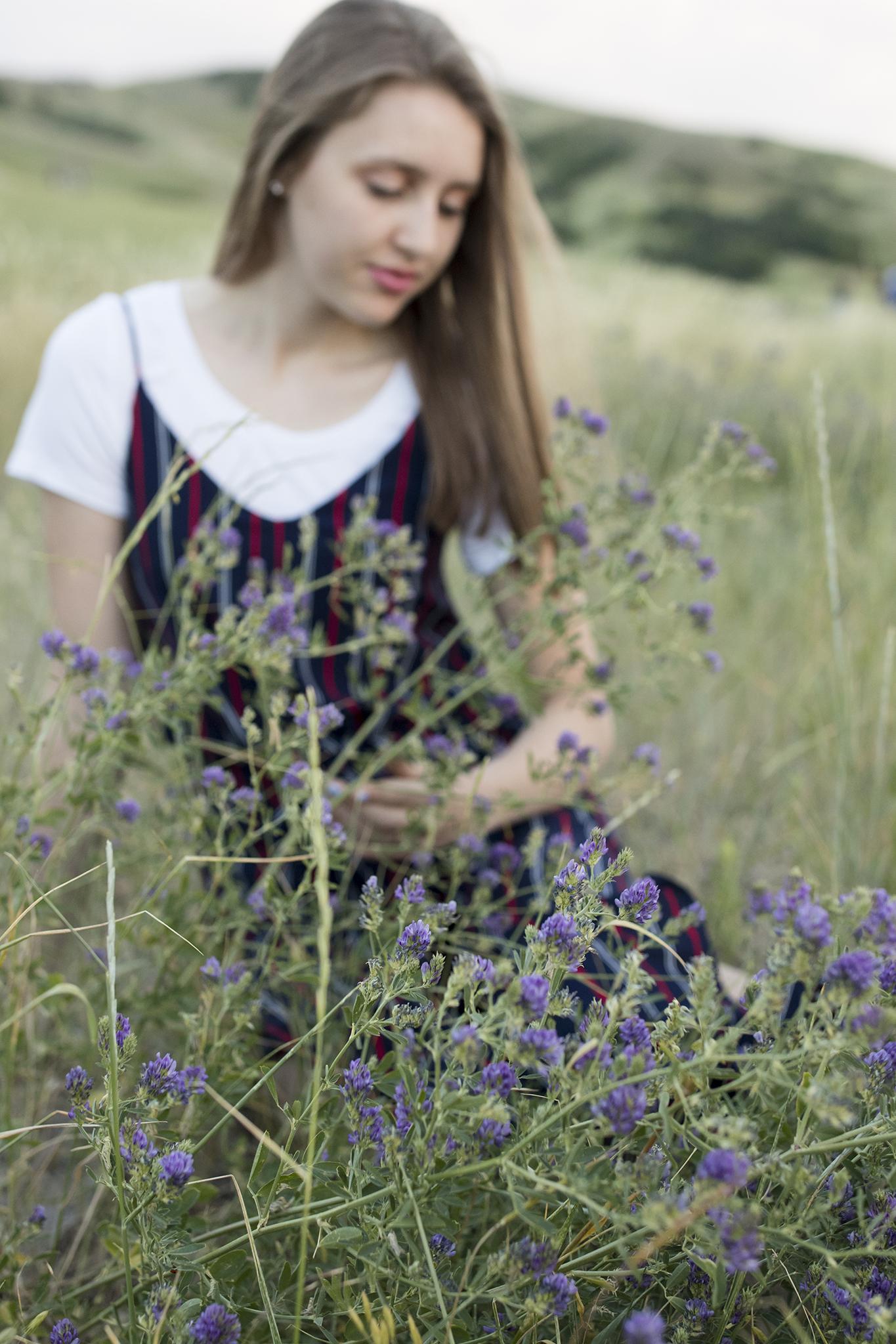 senior-portraits-in-flowers.jpg