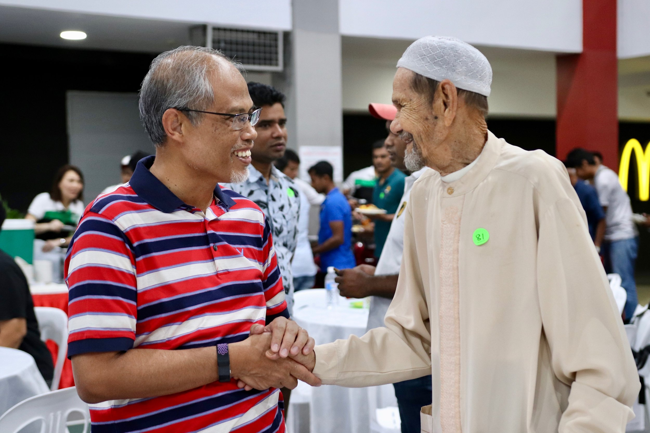 Guest-of-Honour, Minister Masagos Zulkifli thanking the cleaners individually