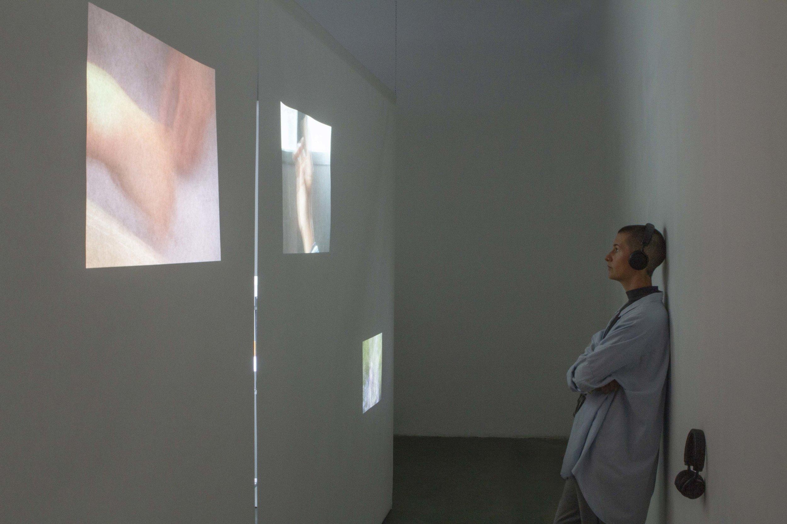 Objet regard, installation vidéo, projections à travers structure en papier, 2019.