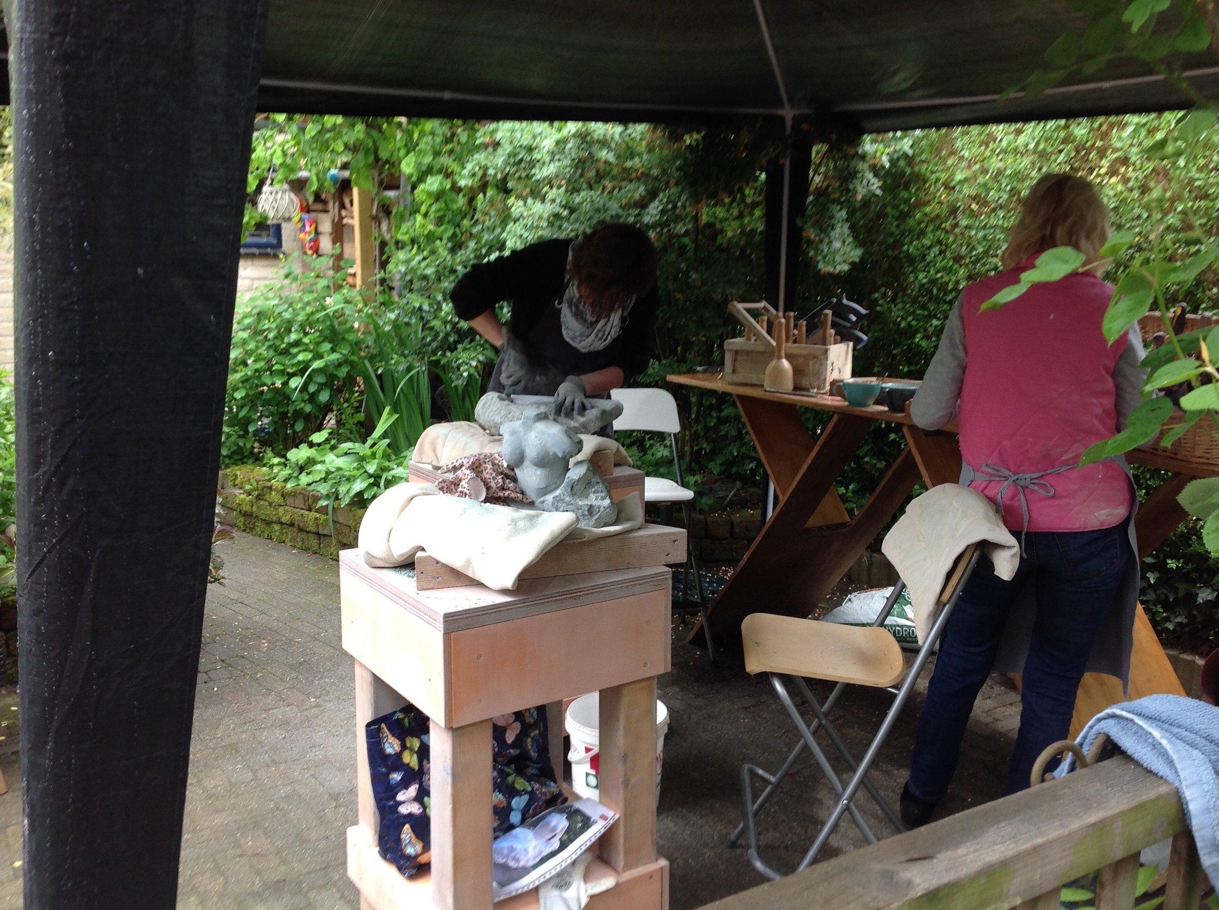 Buiten waren de beeldhouwers aan het werk,Angelie, Monique en Nicole gaven een demo beeldhouwen.