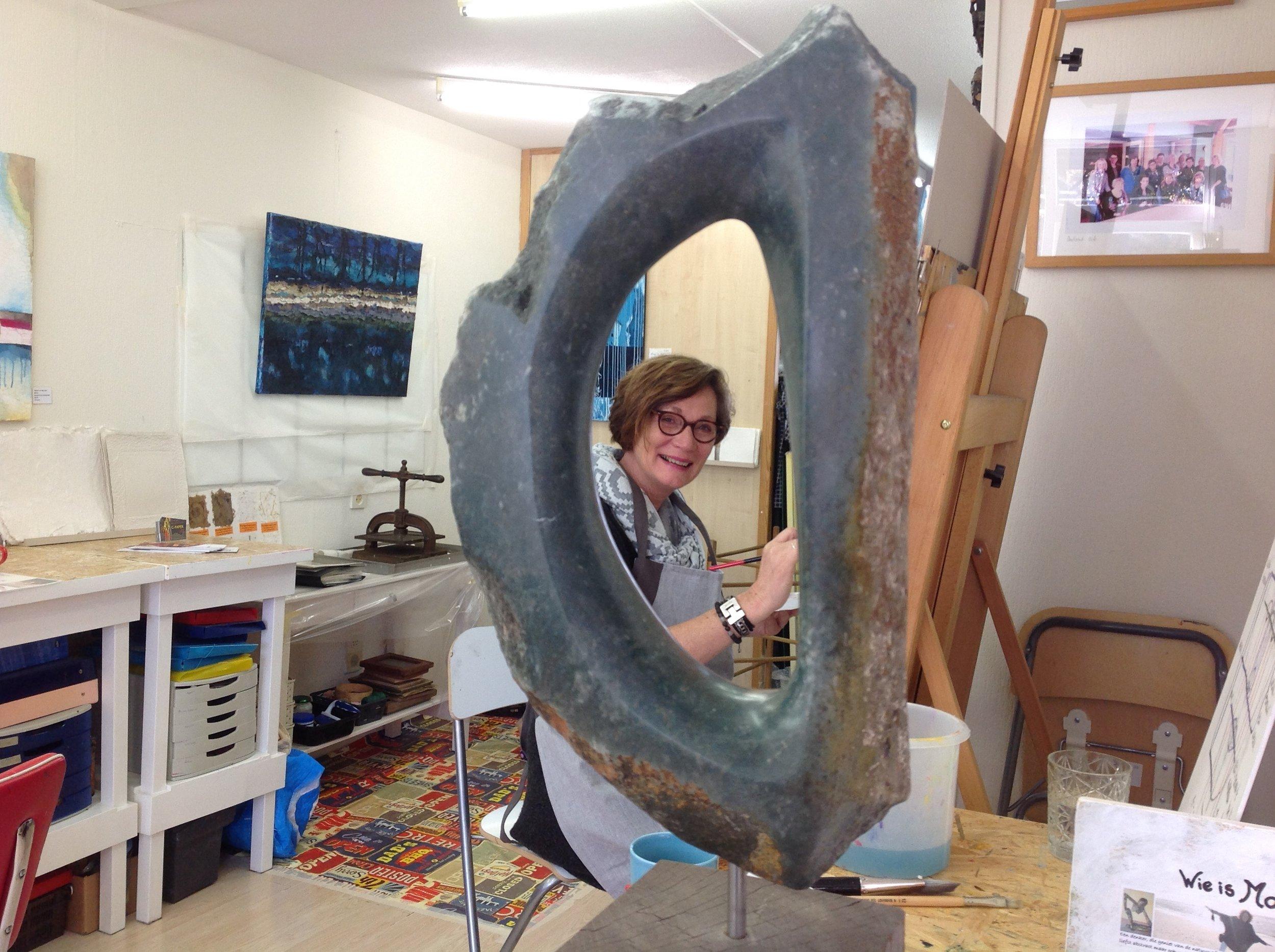 Monique Haverkort met een van haar beelden. Opaal.