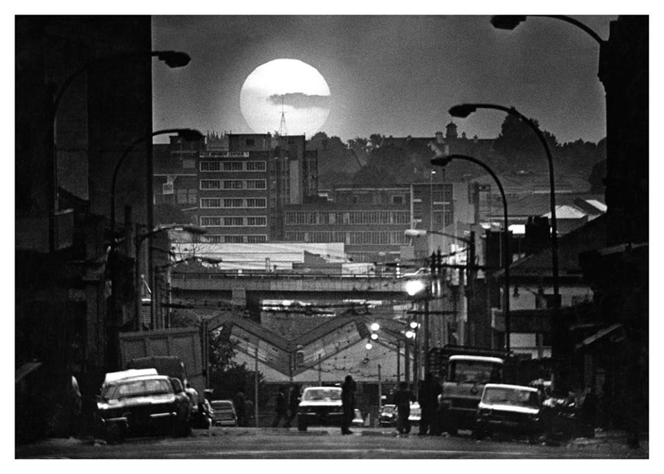"""June 8, 1976. The setting sun cats a golden glow over the buildings, aerials and motorways of Johannesburg - A Golden city in its 90th anniversary year.""  Photo by Les Bush.  © Rand Daily Mail/Times Media"