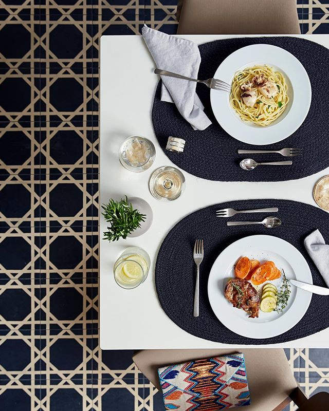 Happy Weekend 🍝🍷 Prop Styling for @robinsonclubjandiaplaya | 📸 @niklasfoerster.photographer  #hotel #photography #production #set #stylist @liganord_agency #dinner #tiles #pattern #fuerteventura #robinsonclub #interior #atmosphere