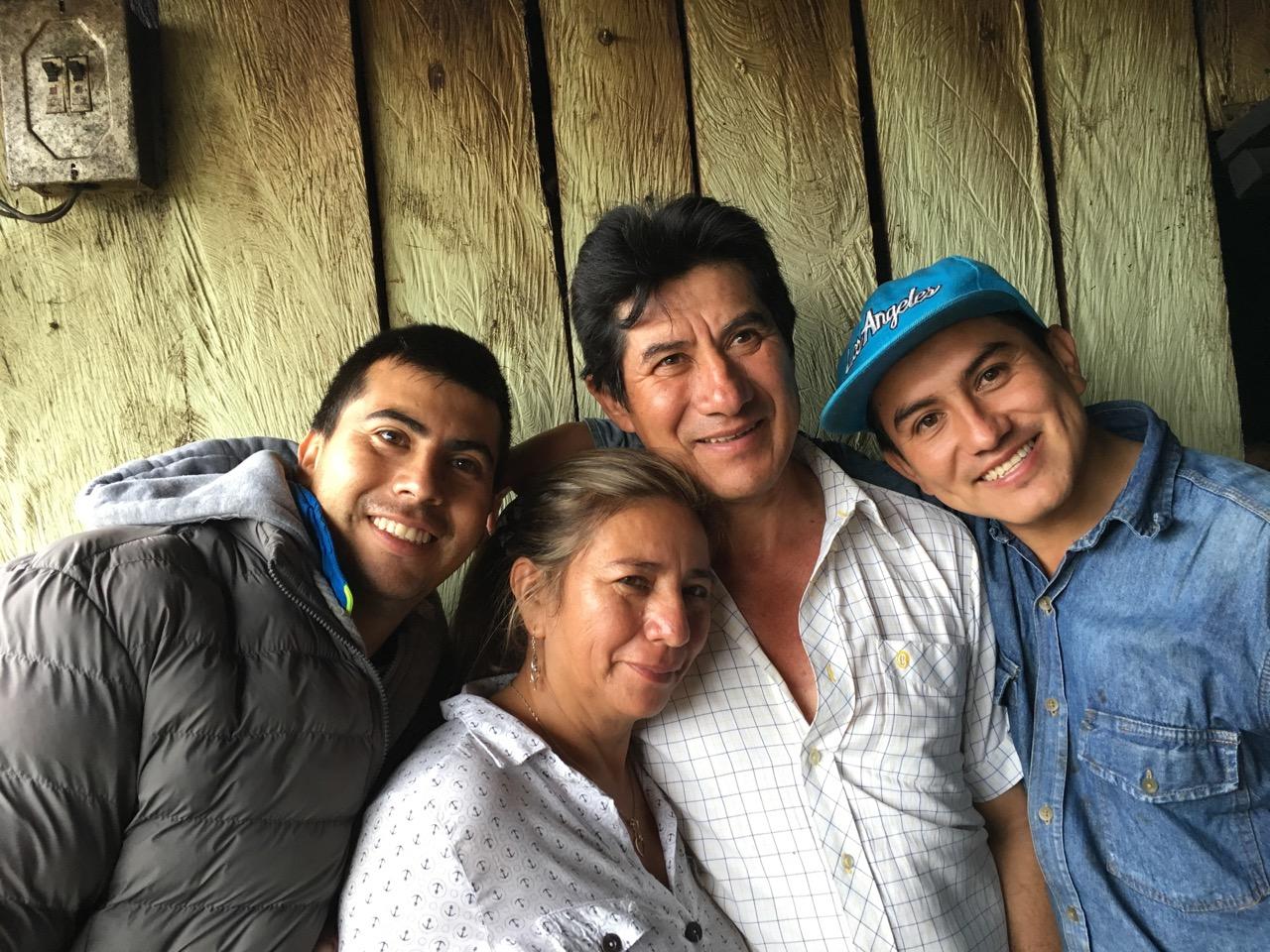 Maria con su esposo, Jose Erazo, y sus hijos Diego y Daniel