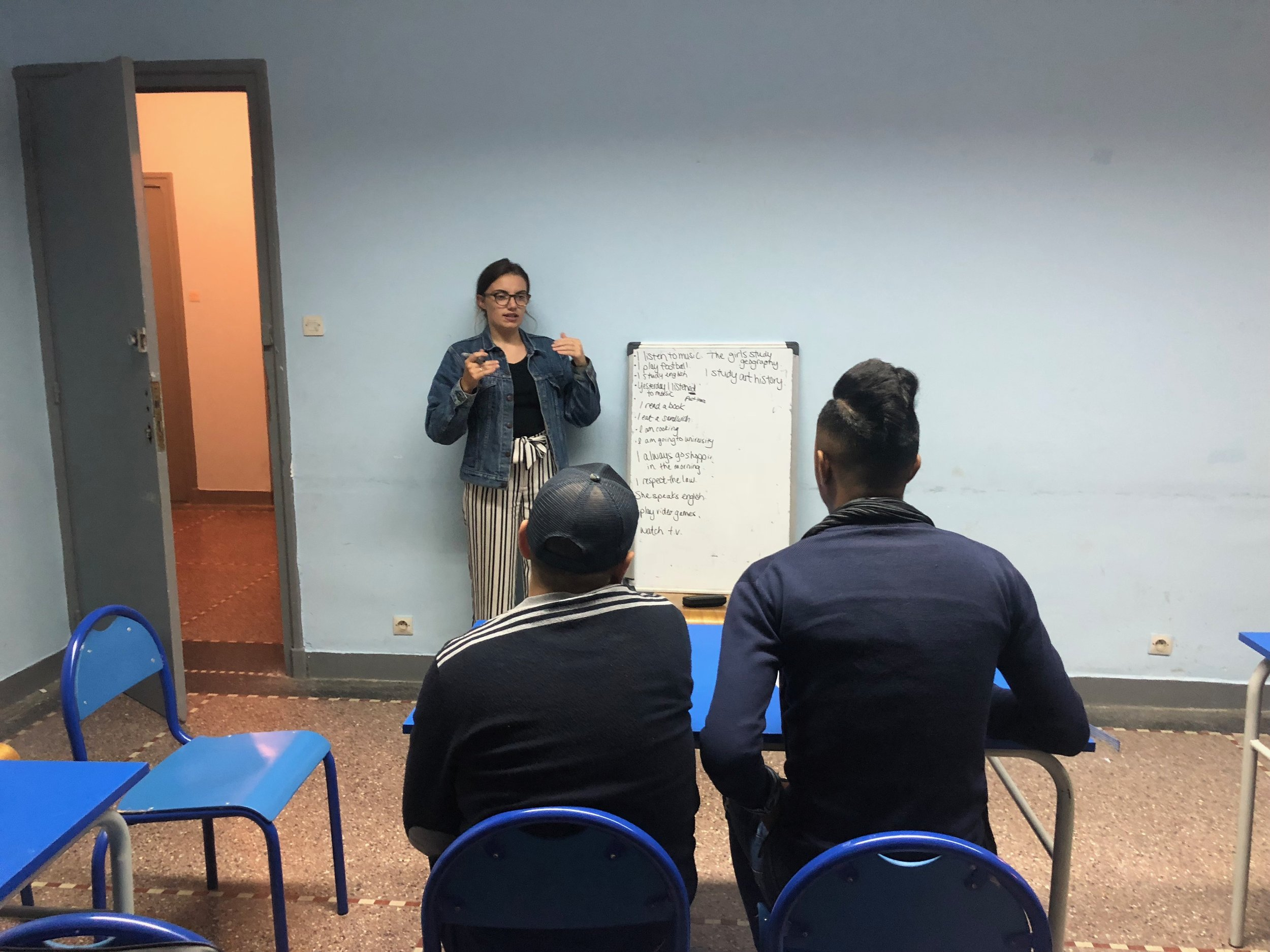 Student Jaycee leads a discussion with a group of local Moroccan students on the differences between US and Moroccan higher education and life as a US college student. Photo Credit: AMIDEAST, Fall 2018