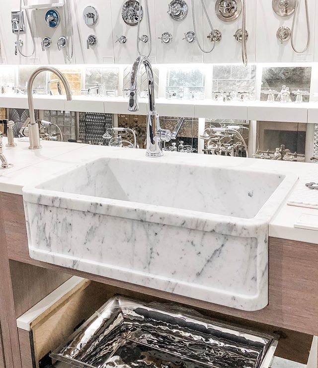 Think I found the sink of my dreams in the @kallistaplumbing  showroom. A kitchen sink made from Carrara marble? Yes please!😍