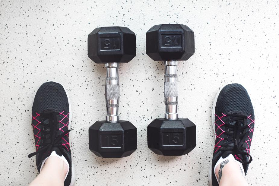 dumbbells-and-gym-shoes_925x.jpg