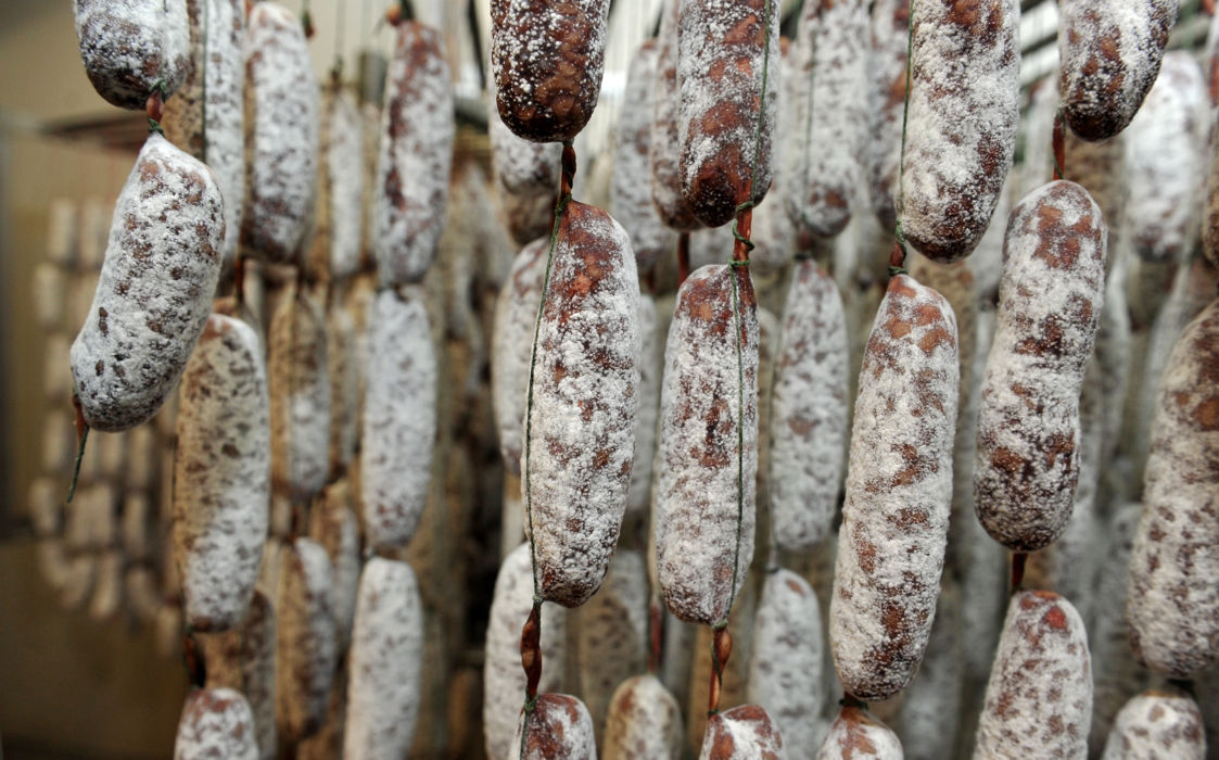 Salumificio-Salumi-del-Pin-salamini-stagionatura-28174-full-HD.jpg