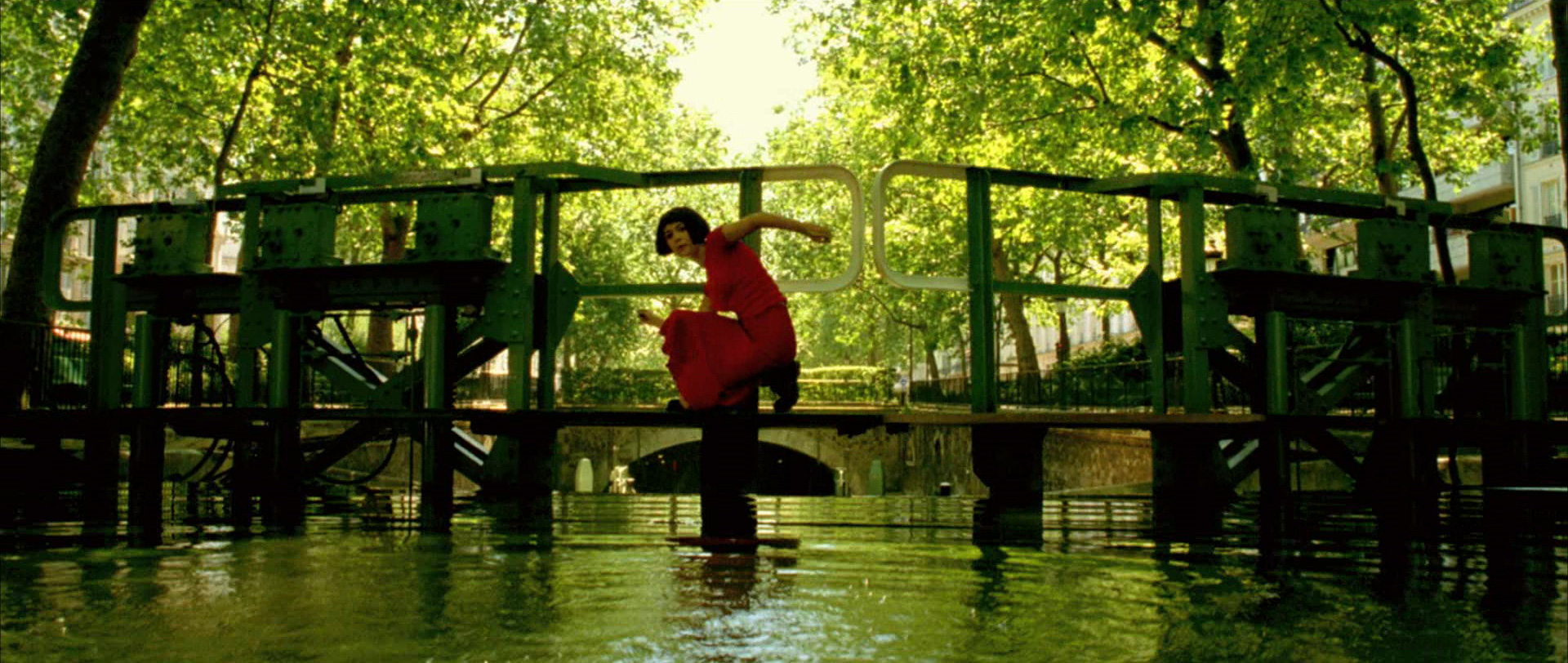 Amelie-10-screencapture-canal-saint-martin-paris.jpg