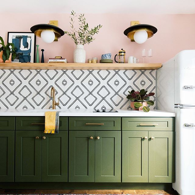 No more matchy-matchy kitchens ...mixed metal elements have made their way into consumer homes on  appliances,fixtures, and hardware. #kitchendecor #kitchendesign #mixedmetals #ilovemyhome #colorconsultant #interiordesign #homegoals #beinspired #kitchen #betterhomesandgardens #designtosell #realtor #njdesign #floridadesign #naplesfloridadesigner #homegoods #getinspired #happyfriday #tgif #design #inspire #love