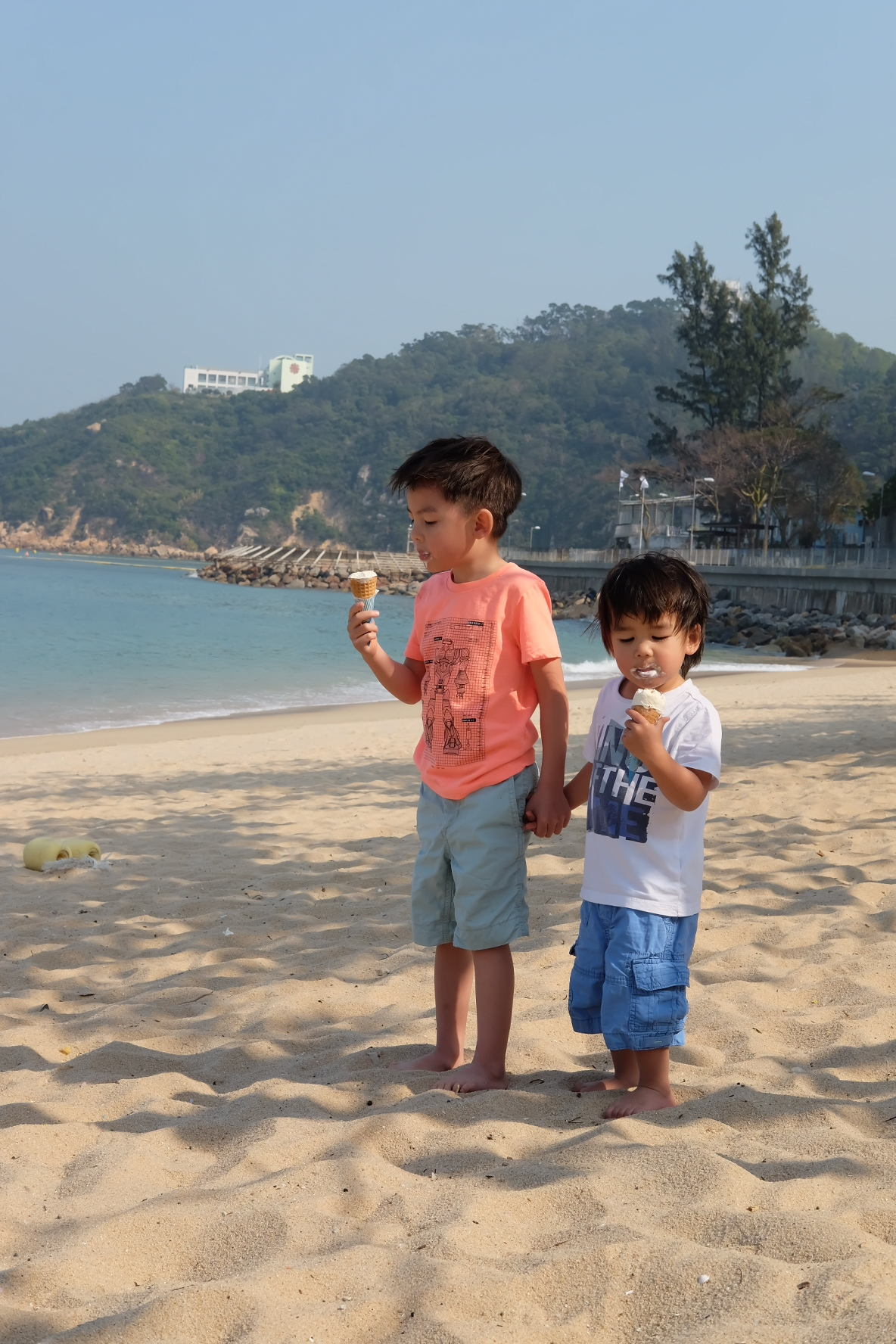 Covey & Arlo - Brothers。Bosses。Food criticsTwo brothers aged 4 & 2. Big brother Covey is a lover of clams, dim sum and salmon maki rolls, whilst Arlo the little one goes mad for mangoes. They do, however, share a profound love of ice cream.