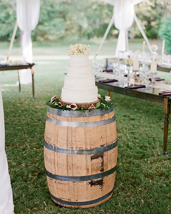 wine-barrel-wedding-cake-stand-for-country-wedding-ideas.jpg