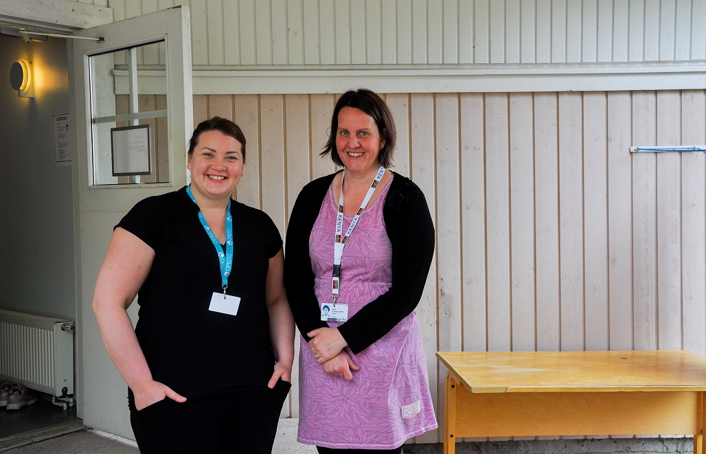 Laura Keskimaa ja Kati Kortelainen konferenssin ensiapuasemalla