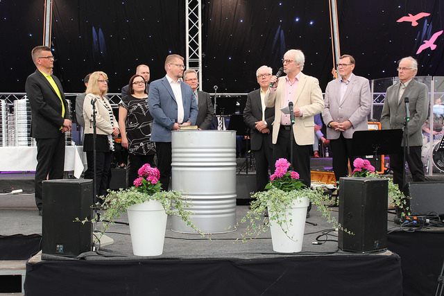 Leevi Launonen (edessä oikealla) esitteli Ristin Voiton uuden päätoimittajan Petri Mäkilän.