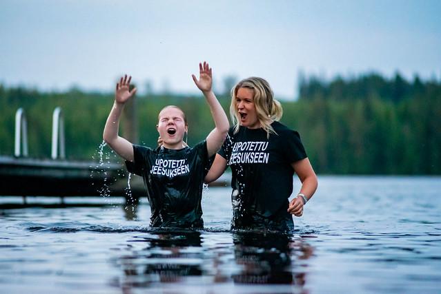 Jemina Suonpää sai seurata Jeesusta kasteen hautaan. Kastajana toimi Savonlinnan helluntaiseurakunnan nuorisopastori Hanna Laamanen