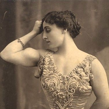 Josephine Blatt demonstrated her strength by breaking horseshoes with her hands, breaking steel chains by expanding her chest, and playing catch with a 10kg cannon ball. She was capable of lifting a stone that weighed 163kg with a single finger thrust through a lifting ring.