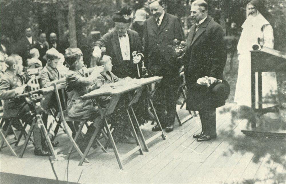outdoor-school-koningin-emma-op-bezoek-in-de-openluchtschool-van-berg-en-bosch-jaren-30-klein.jpg