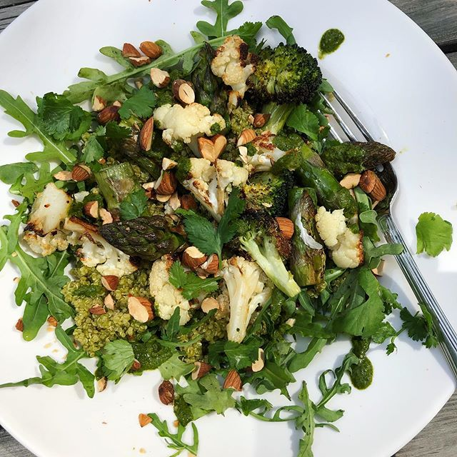 My beau is home from work today so made a bit of an effort - herby green quinoa with roasted cauliflower, broccoli 🥦 & asparagus topped with chopped toasted almonds. ☀️Eaten in the sunshine listening to the building work next door 😎🙄 I'm now waiting for him to make me a coffee to go with the raspberry, almond & coconut 🥥 🌴 financiers I made...