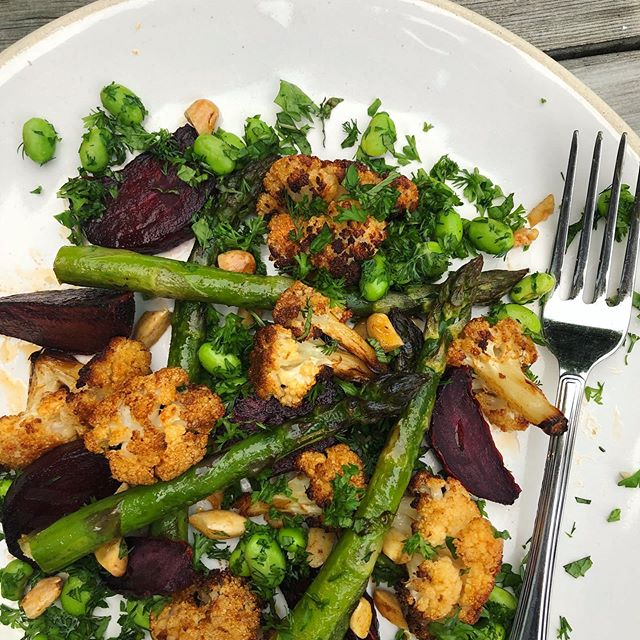 I saw this @meerasodha @guardianfeast recipe pop up on my feed today & had most of the ingredients so here we have Cauliflower, beetroot & asparagus salad with a miso dressing for #meatfreemonday recipe available on the Guardian website. It was delicious & pretty simple - 2 trays of roasted veg, some chopped herbs and a simple dressing 🌿