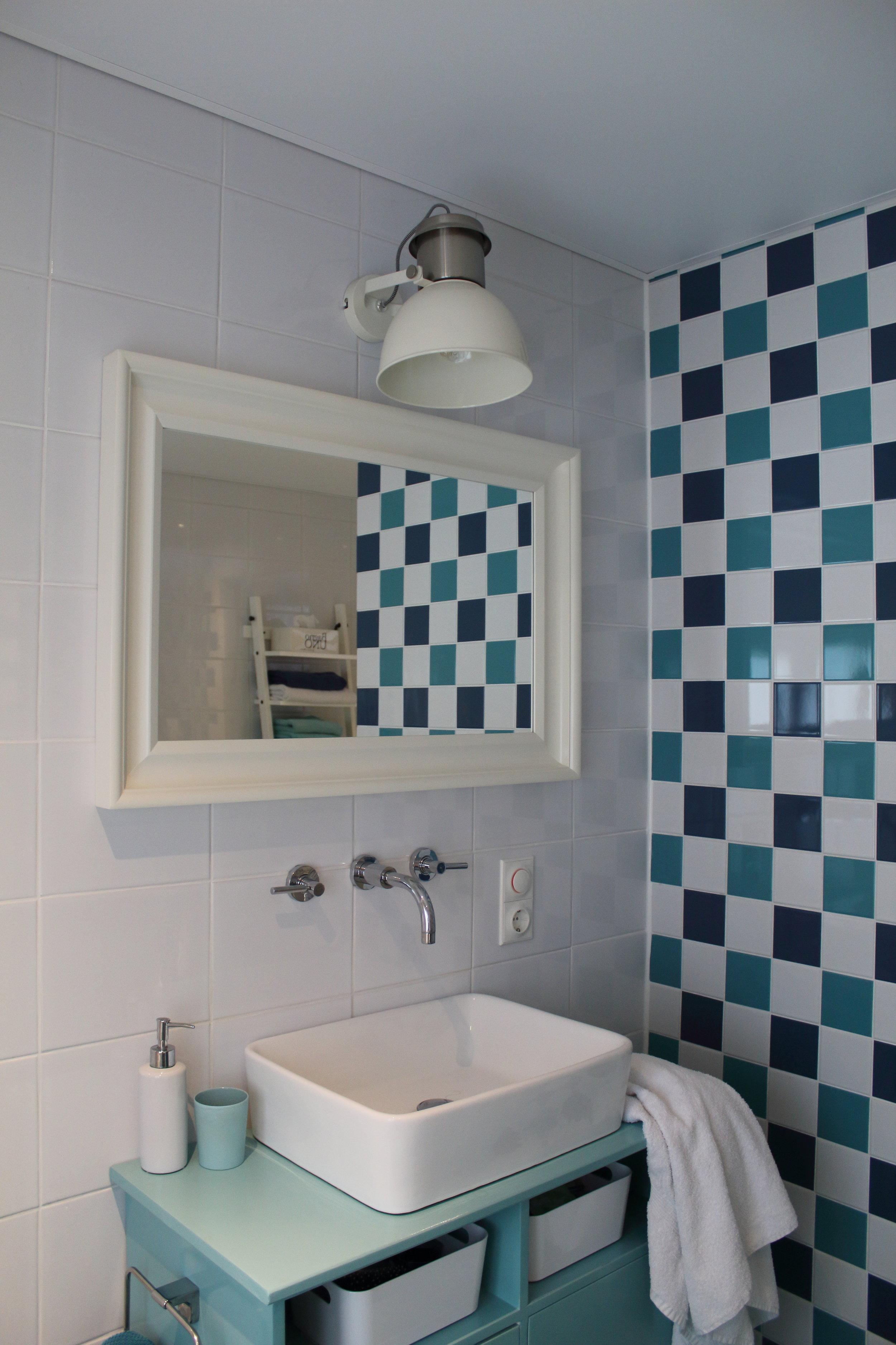 - Toepassing van kleur in de badkamer.Hier is gekozen voor tegels in verschillende tinten groen op één tussenmuur in combinatie met witte tegels. Een bijpassend gekleurd meubel en wit sanitair zorgen voor een sfeervol geheel!